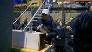 023aDer Bauauschuss Vorsitzende befüllt die Schatulle mit Dokumenten und Tageszeitungen