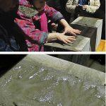 026Das Kita-Kind Clara von Gradowski hinterlässt ihren Händeabdruck im Grundstein, assistiert durch Christoph Achtelik